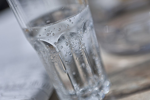 Glass with sparkling mineral water, close up - HKF000440