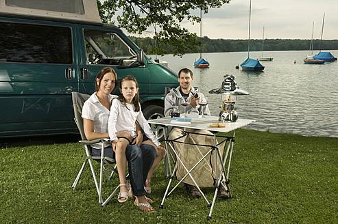Germany, Bavaria, Woerthsee, Family camping near lakeside - RNF000652
