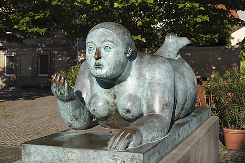 Germany, Bavaria, Bamberg, Statue of reclining woman with fruit - SIE001931