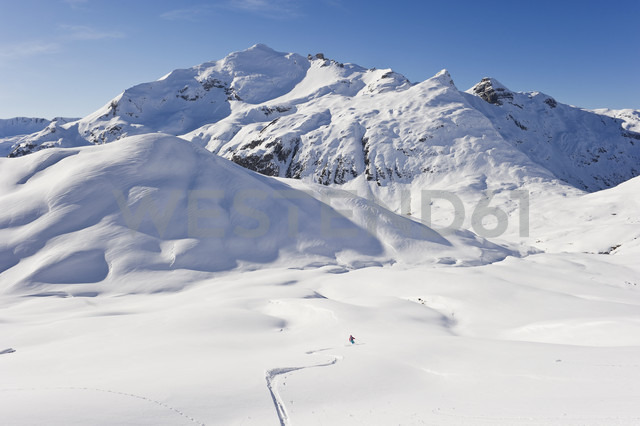 Austria, Zurs, Lech, Young woman doing alpine skiing on Arlberg mountain - MIRF000284 - Michael Reusse/Westend61