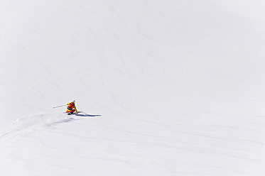 Austria, Young woman doing alpine skiing - MIRF000290