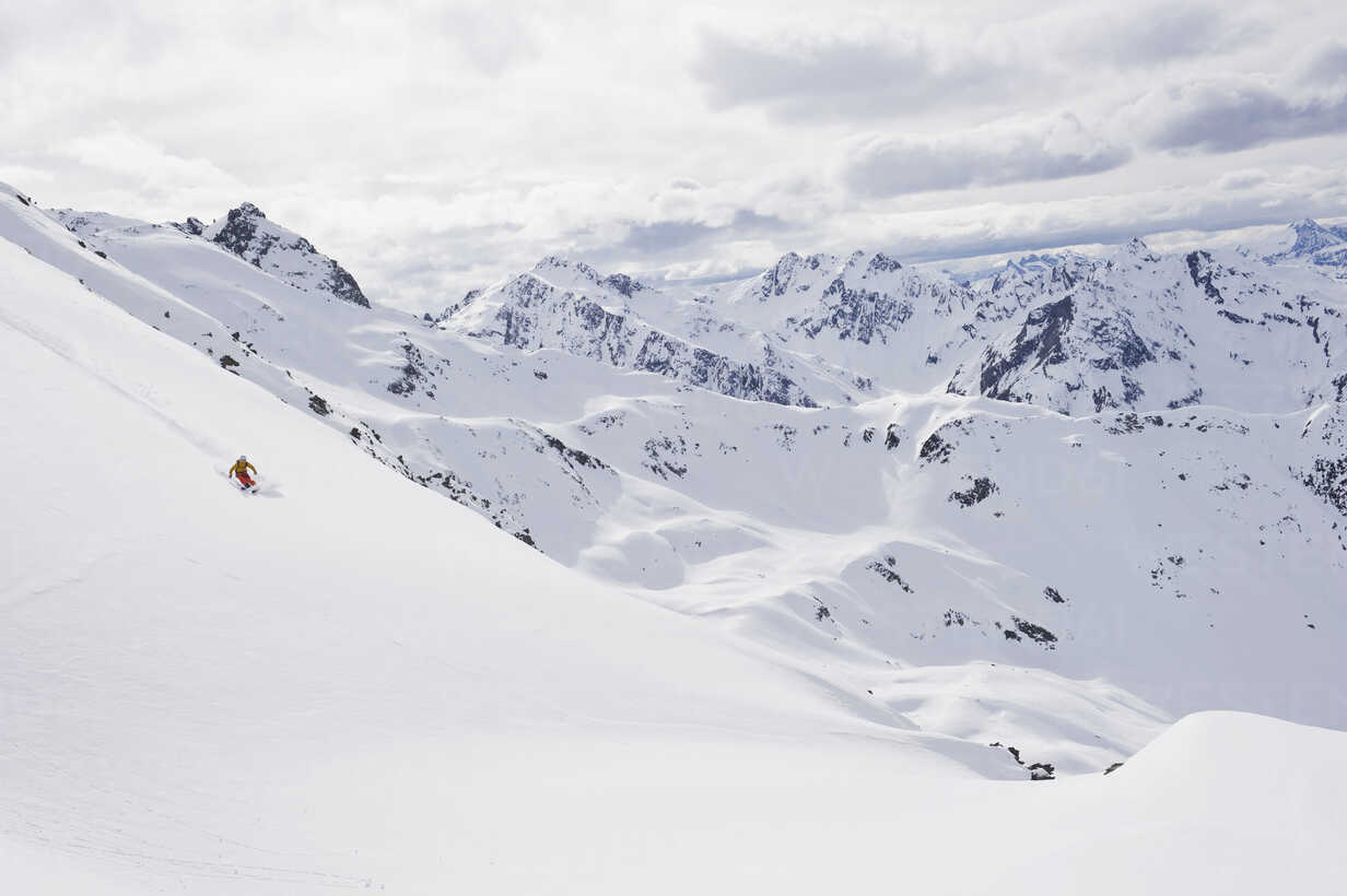 Austria, Stuben, Young woman telemark skiing on arlberg mountain - MIRF000305 - Michael Reusse/Westend61