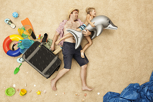 Germany, Father and son with toys and baggage at beach - BAEF000294
