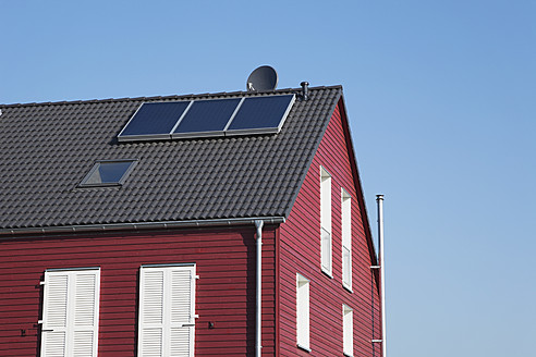 Germany, Cologne, Roof of wooden residential building with solar panels - GWF001583