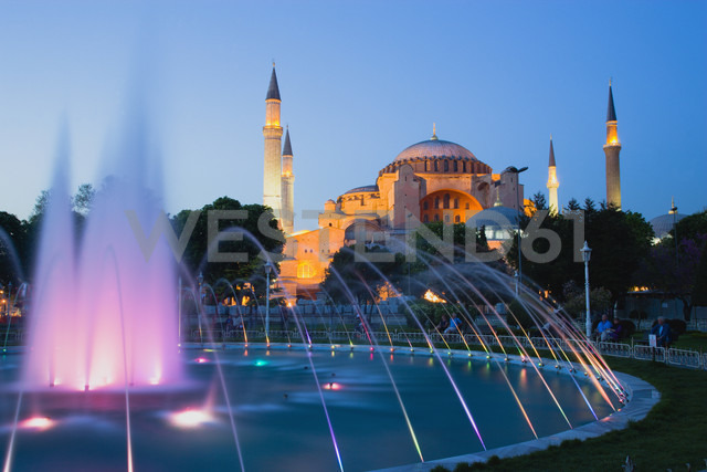 Turkey, Istanbul, Sultanahmet, People watching light show of fountain with Haghia Sophia in background - PSF000623