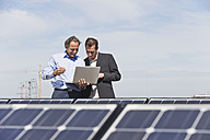 Germany, Munich, Engineer with man in solar plant - WESTF017902