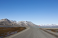 Europe, Norway, Spitsbergen, Svalbard, Longyearbyen, View of road with caution polar bear sign - FOF003707