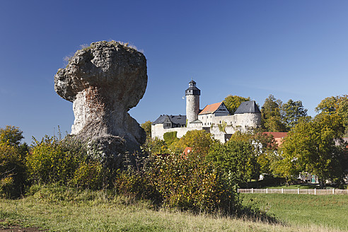Germany, Bavaria, Franconia, Upper Franconia, Franconian Switzerland, View of rock formation with Zwernitz Castle - SIEF002027