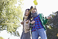 Germany, Cologne, Young couple in park, smiling - RHF000023