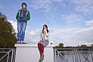 Germany, Cologne, Young couple on bridge - RHF000032