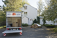 Germany, Bavaria, Grobenzell, Truck with cardboard boxes for moving house - WESTF018084