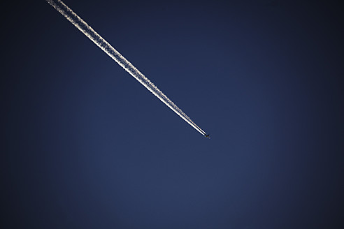 Germany, Vapour trail of airplane in blue sky - TLF000627