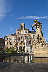 Germany, Thuringia, Weimar, View of Neptune fountain and city hall - WDF001159