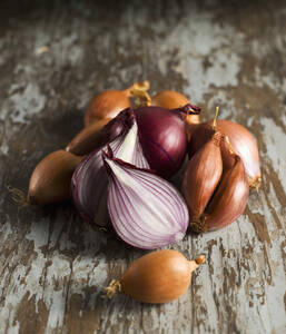 Shallot on wood, close up - KSWF000790
