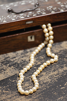 Germany, Pearl necklet with jewel box - ANBF000056