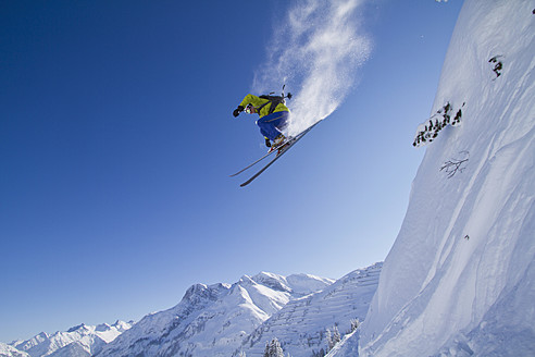 Austria, Arlberg, Warth, Mid adult man skiing - FFF001259