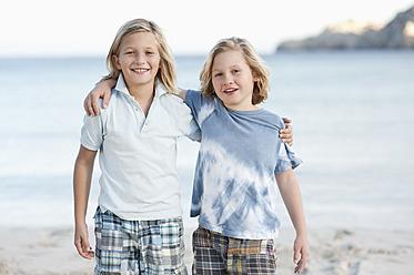 Spain, Mallorca, Children on beach, smiling, portrait - MFPF000092
