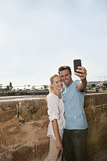 Spain, Mallorca, Palma, Couple photographing with mobile phone - SKF000934