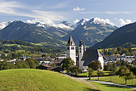 Austria, Tyrol, Kitzbuehel, View of town and church - WWF001941