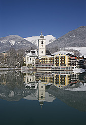 Austria,St. Wolfgang,  View of hotel with Wolfgangsee Lake - WWF001950