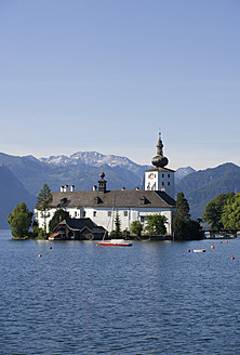 Austria, Gmunden,View of Ort castle and Traunsee Lake - WWF001977