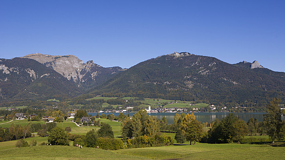Austria, St. Wolfgang, View of town and lake Wolfgangssee - WWF002002