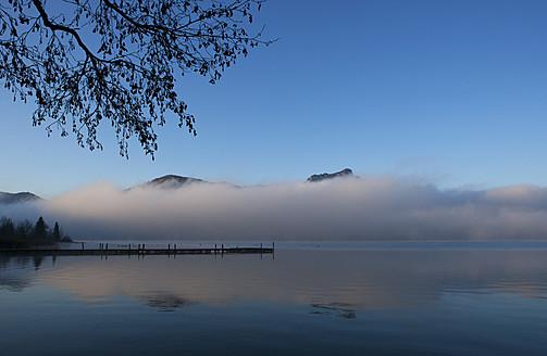 Austria, View of foggy Mondsee Lake during autumn - WWF002208