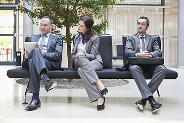Germany, Leipzig, Business people sitting on bench - WESTF018581