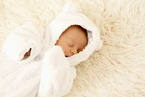 Newborn sleeping on sheepskin - RIMF000120