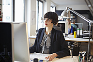 Germany, Cologne, Men and women working in office - RHYF000028