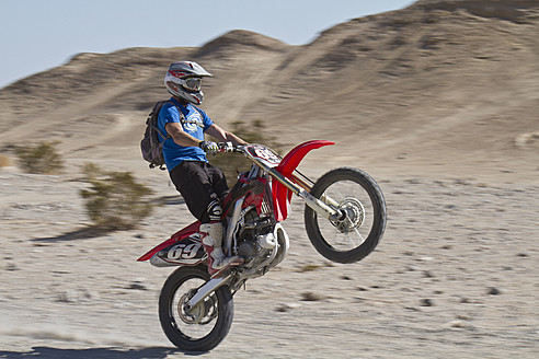 USA, California, Motocrosser performing wheelie on Palm Desert - FFF001274
