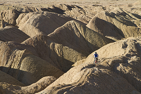 USA, California, Mountain biker cycling on mountain top - FFF001282