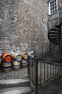 UK, England, Oxford, Empty street with beer barrels - JM000163