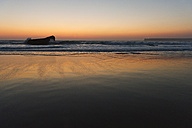 Portugal, Algarve, Sagres, View of beach at sunset - MIRF000429