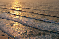 Portugal, Algarve, Sagres, View of Atlantic ocean with waves at dusk - MIRF000441
