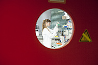 Germany, Bavaria, Munich, Scientist doing medical research in laboratory - RBF000895