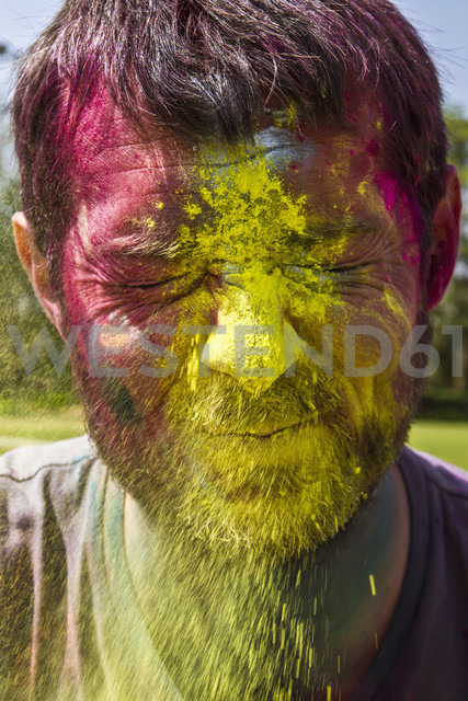 India, Ahmedabad, Man celebrates Holi festival with powder paints - MBEF000352 - Martin Benik/Westend61