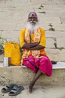 India, Uttar Pradesh, Varanasi, Indian Brahmin sitting at Ganges ghats - MBE000364