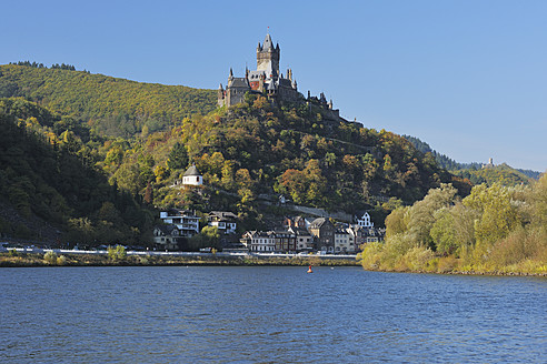 Germany, Rhineland-Palatinate, Town Cochem with Reichsburg in Mosel valley - RUEF000882