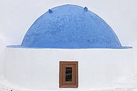 Greece, View of classical whitewashed church at Oia village, close up - RUEF000939