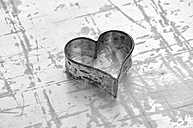 Heart shaped cookie cutter, close up - AXF000174