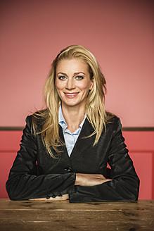 Germany, Stuttgart, Businesswoman smiling, portrait - MFP000163