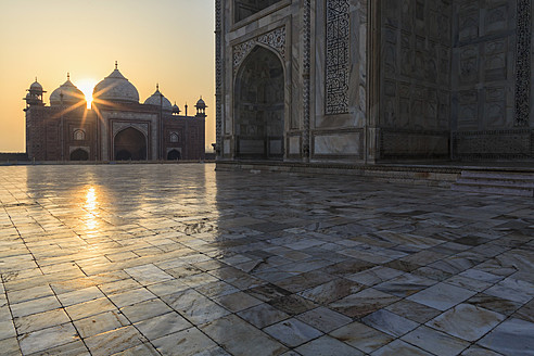 India, Uttar Pradesh, Agra, View of Taj Mahal at sunrise - FOF004104
