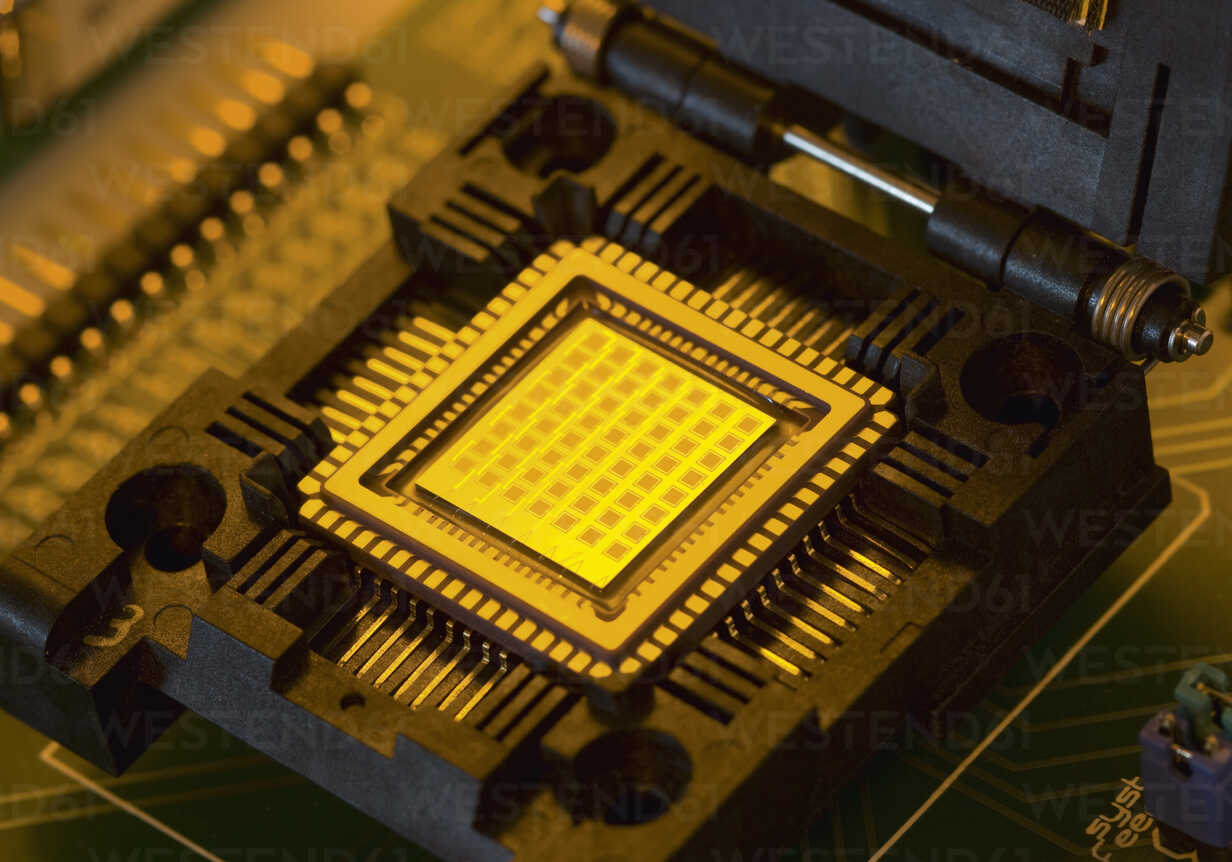 Microchip with fuel cells, close up - WBF001275 - WB-Images/Westend61