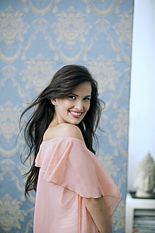 Germany, Munich, Young woman smiling, portrait - KR000009