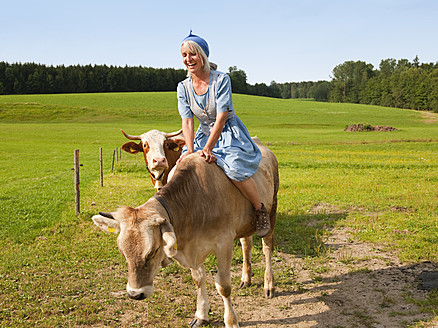 Germany, Bavaria, Mature woman with cow on farm - HSIYF000065