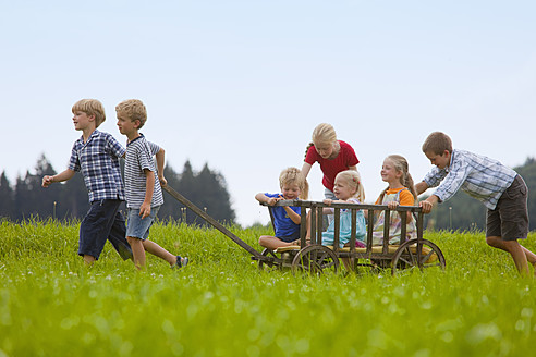 Germany, Bavaria, Group of children playing with hand cart - HSIYF000135