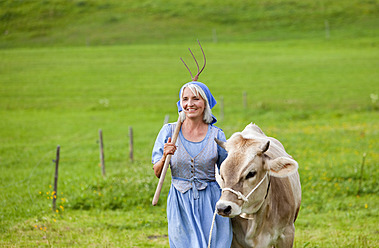 Germany, Bavaria, Mature woman with cow on farm - HSIYF000103