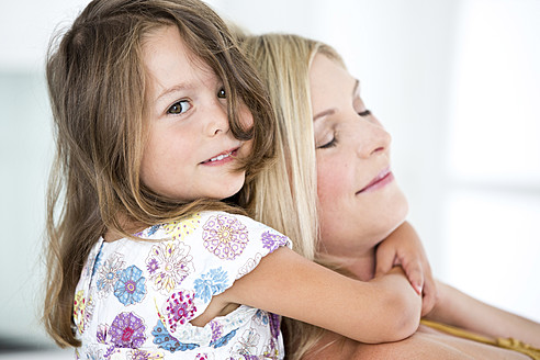 Germany, Mother and daughter smiling, close-up - RFF000008