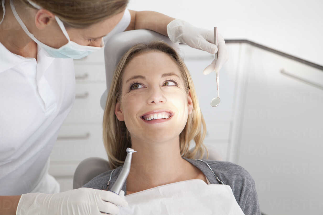 Germany, Young woman getting her teeth examined by dentist - FMKYF000213 - Francis Mike Kopala/Westend61